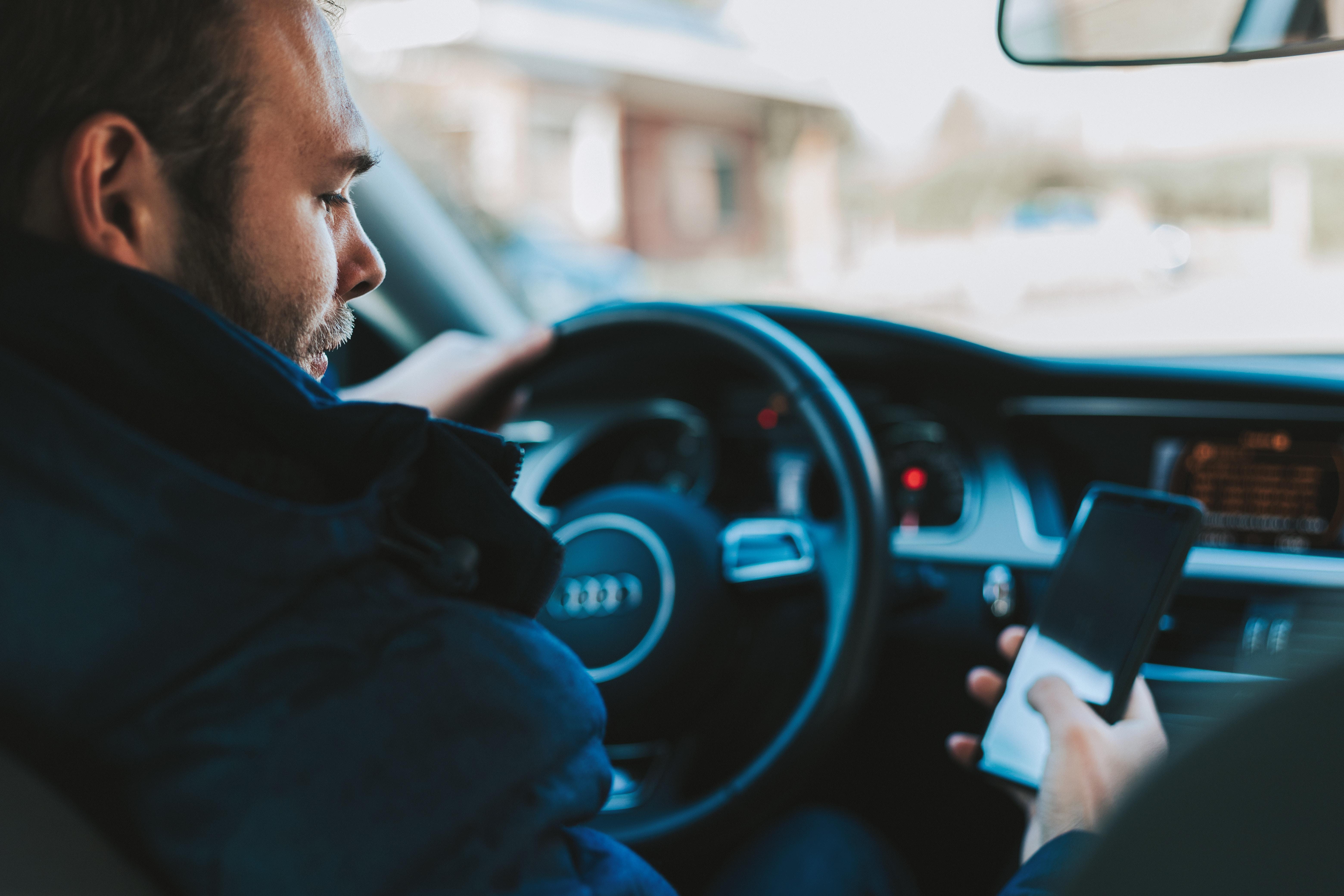 Handy am Steuer: Wie du Einspruch gegen das Bußgeld einlegst